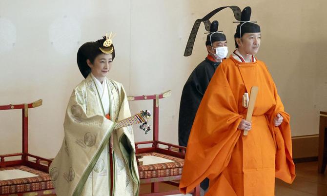 Thái tử Fumihito và Thái tử phi Kiko trong buổi lễ phong vị tại cung điện Hoàng gia ở Tokyo hôm 8/11. Ảnh: KYODO.