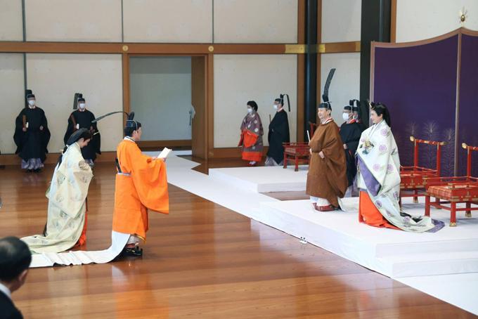 Thái tử Fumihito và Thái tử phi Kiko làm lễ trước Nhật hoàng Naruhito và Hoàng hậu Masako tại cung điện Hoàng gia hôm 8/11. Ảnh: Kyodo.