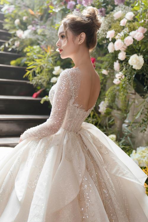 Váy peplum có đường may chít eo, có bụng dưới được may hơi xòe ra, giúp che vòng hai.