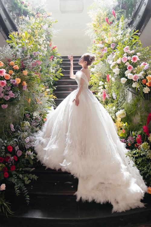 Cô dâu của streamer giàu nhất Việt Nam đã diện thêm váy đuôi dài 3m lấy cảm hứng từ những chú thiên nga trắng, được đính kết lông vũ cầu kỳ ở phần đuôi.