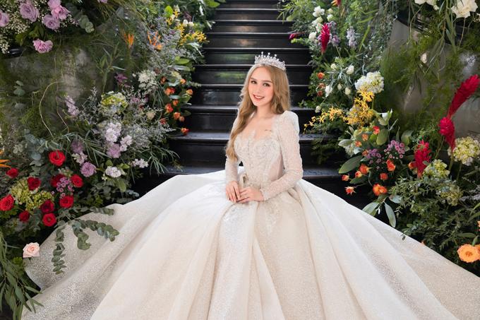 Để làm nên mẫu váy cưới trong mơ của cô dâu, NTK Linh Nga đã sử dụng tới hơn 20 lớp vải chiffon cao cấp , mềm mại để mang đến sự dễ chịu, thoải mái cho người diện mà váy vẫn giữ phom dáng đẹp. Nhằm đảm bảo đúng concept Chuyện tình Lọ Lem của buổi chụp, Linh Nga đã tốn gần 200 giờ để lên ý tưởng, xử lý chất liệu, đính kết, may đo trang phục.