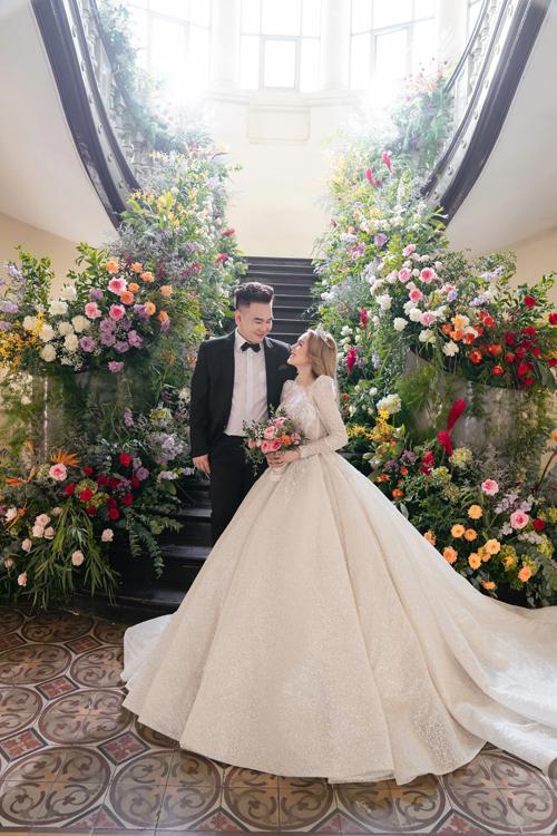 Sang tới shoot hình tiếp theo, cô dâu Xoài Non lựa chọn váy tay phồng có họa tiết Baroque. Mẫu đầm được dựng gọng corset siết eo độc quyền, giúp tôn vòng eo con kiến của nàng dâu.