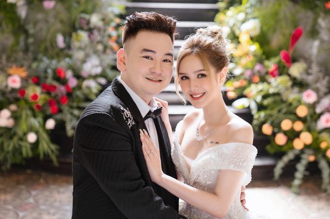 Trước đám cưới 4 ngày, hot streamer giàu nhất Việt Nam - Xemesis và bạn gái Xoài Non đã hé lộ bộ ảnh cưới chụp tại Bảo tàng TP HCM. Cô dâu chú rể mạnh tay chi khi bộ ảnh được thực hiện với ekip gồm 30 người, quay chụp hình cưới theo concept Chuyện tình Lọ Lem, bao trọn không gian của bảo tàng, trang trí bối cảnh với hơn 10.000 bông hoa tươi, đầu tư hơn 3 bộ váy cưới cao cấp hơn 200 triệu đồng đến từ NTK Linh Nga. Các váy cưới mà hot girl Xoài Non diện đều mang phom dáng bồng xòe, lộng lẫy với đá kết.