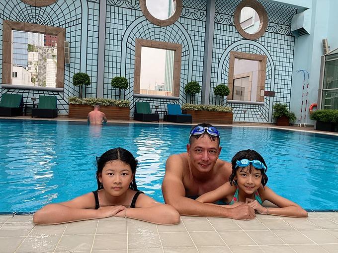Diễn viên Bình Minh cùng hai con gái thư giãn bên hồ bơi.