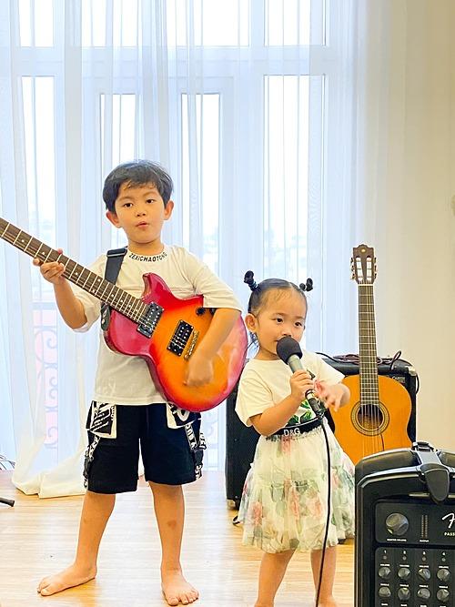Hai con nhà Khánh Thi - Phan Hiển trổ tài đàn hát.