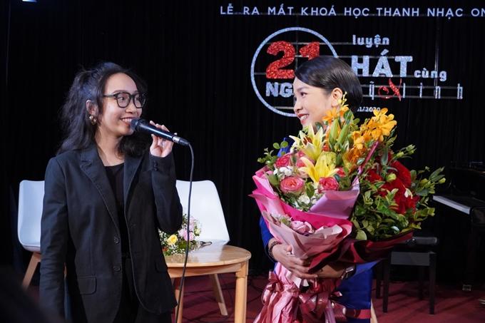 Mỹ Anh lên sân khấu tặng hoa mẹ.