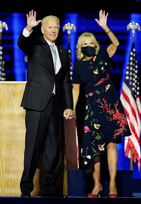 Vợ Joe Biden giúp mẫu đầm đắt đỏ cháy hàng
