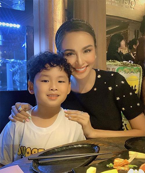 Hoa hậu Diễm Hương gọi con trai là người hùng bé nhỏ của mình.