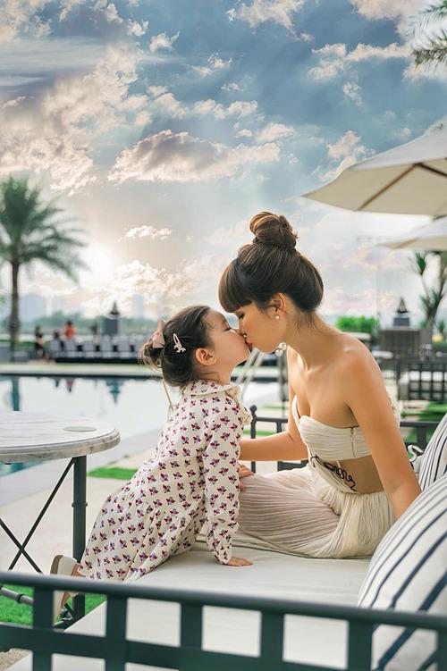 Bé Myla - con gái siêu mẫu Hà Anh - tình cảm bên mẹ.