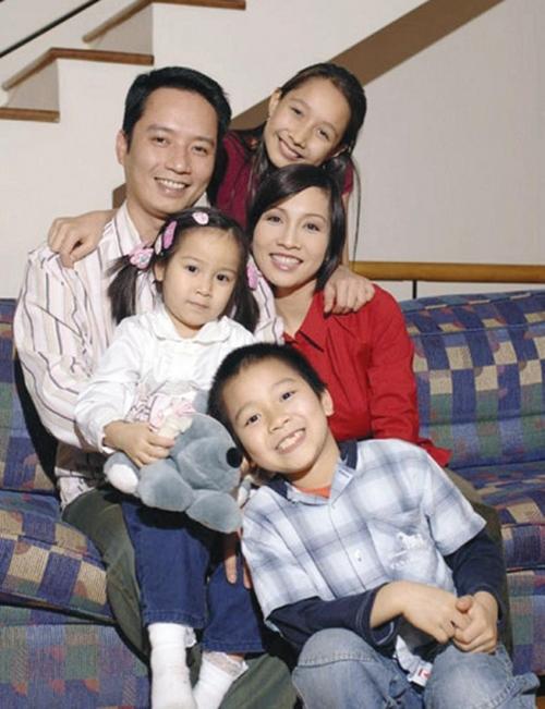 Gia đình Mỹ Linh quây quần khi các con còn nhỏ.