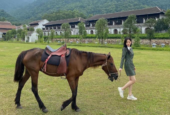 Á hậu Phương Nga trong một chuyến đi tuần trước đến Yên Tử cùng người anh thân thiết Adrian Anh Tuấn. Người đẹp Hà thành say sưa với trải nghiệm cưỡi ngựa và dắt ngựa đi dạo. Dịch vụ này có giá 100.000 đồng cho 30 phút, được nhiều người yêu thích vì cảm giác mới lạ, giống như đang ở thảo nguyên.