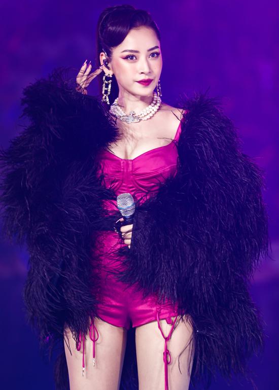 Chi Pu tôn vòng một với jumpsuit ngắn kiểu corset bó ngực kết hợp áo choàng lông khi biểu diễn ở đại nhạc hội Super Show tại Nhà thi đấu Nguyễn Du TP HCM, hôm 10/11.