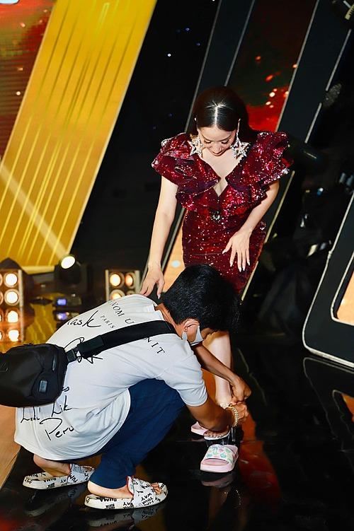Phan Hiển hộ tống Khánh Thi đi quay gameshow, chu đáo đi giày cho vợ.