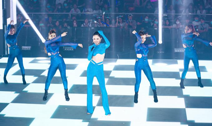Tóc Tiên xuất hiện với thiết kế gam xanh, tự tin khoe eo thon khi hát Ngày tận thế, Phút giây tuyệt vời.