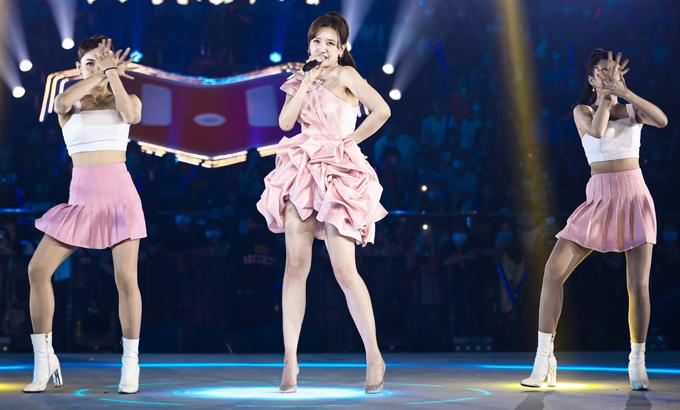 Hari Won mặc váy ngắn màu hồng nhạt biểu diễn ca khúc Phía cuối con đường.