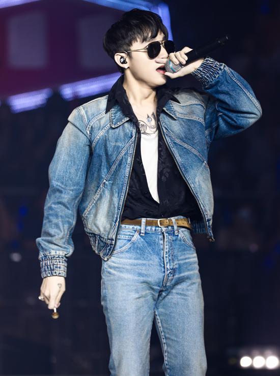 Sơn Tùng M-TP được các fan hò reo vang dội khi bước ra trang phục bụi bặm, cá tính. Anh mang tới một ca khúc sôi động.