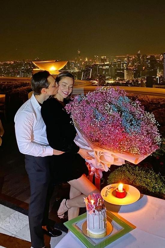 Kim Lý cũng tạo nhiều bất ngờ cho Hồ Ngọc Hà, nhất là dịp sinh nhật của bạn gái. Cuối năm 2019, anh bí mật tổ chức sinh nhật cho Hồ Ngọc Hà ở một nhà hàng tại BangKok, Thái Lan. Mình cứ thấy đàn ông mặc áo trắng là tự động ngất. Anh muốn làm gì thì mình làm theo thôi, nữ ca sĩ nhớ lại.