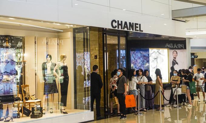 Dòng người xếp hàng chờ cửa hàng Chanel ở Thượng Hải mở cửa để vào mua sắm. Ảnh: Global Times.