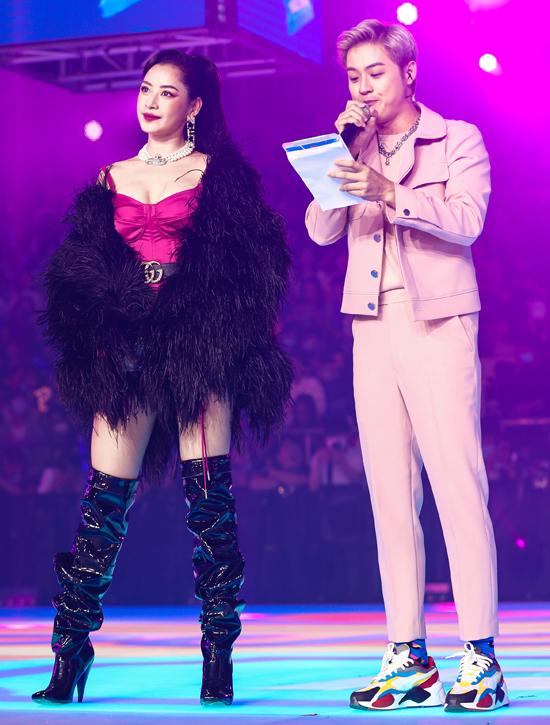 Chi Pu luôn đầu tư biến hóa mỗi lần lên sân khấu. Ca sĩ Thanh Duy làm MC cầm trịch sự kiện này.