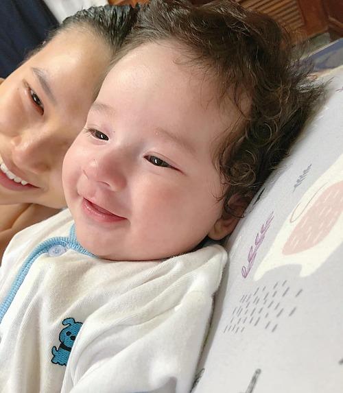 MC Hoàng Oanh thấy con trai càng lớn càng giống mình.