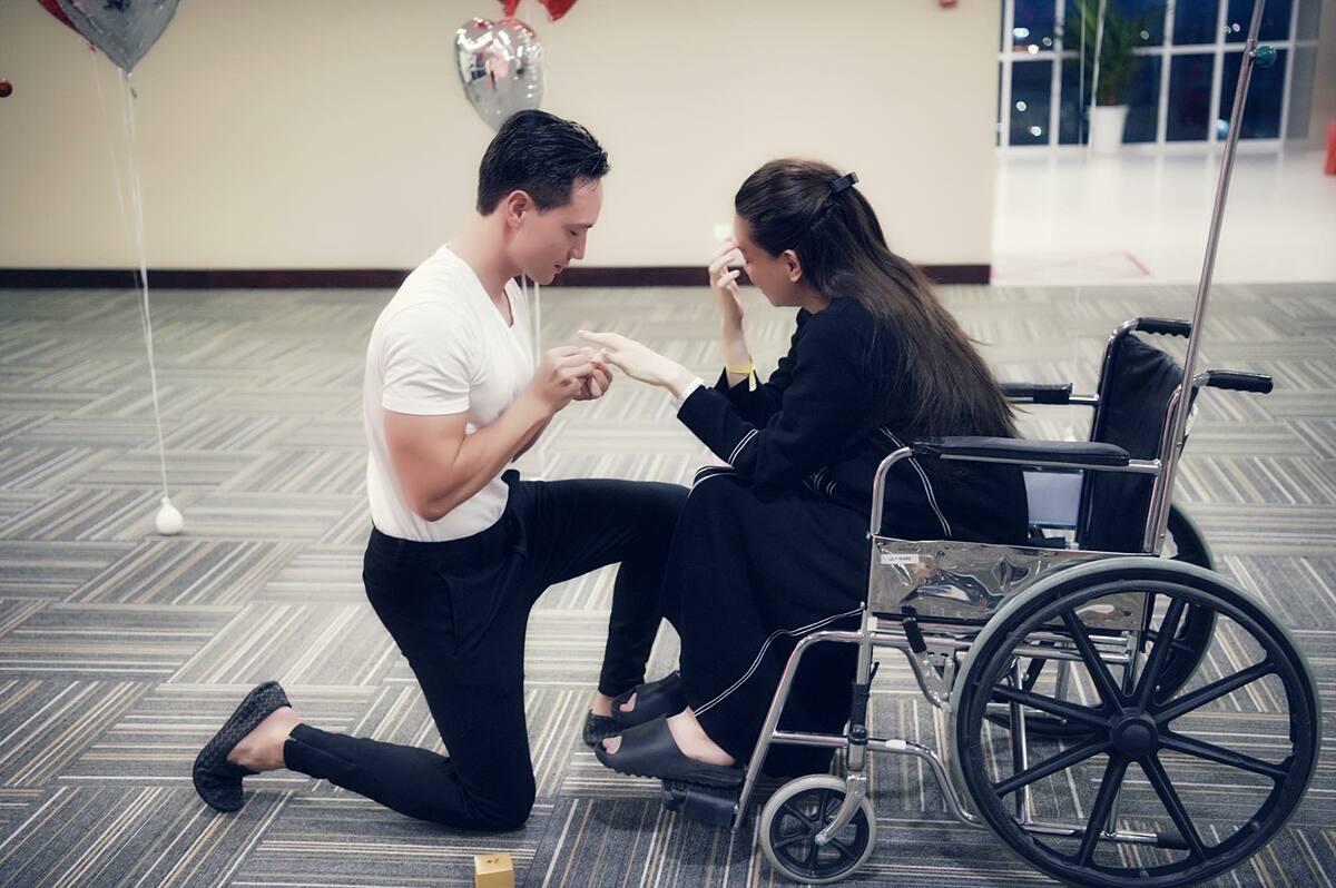 Kim Lý cầu hôn Hồ Ngọc Hà ở bệnh viện, hôm 6/11.