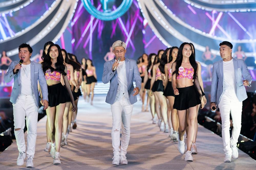 Nhóm MTV trình diễn mở màn với tiết mục mashup Vũng Tàu biển hát - Sóng tình. Top 35 thí sinh Hoa hậu Việt Nam 2020 cũng xuất hiện đồng diễn giúp khuấy động không khí.