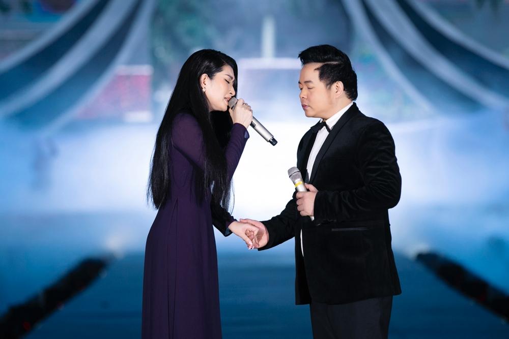 Quang Lê – Nguyễn Hồng Nhung có màn song ca Chị đi tìm em.
