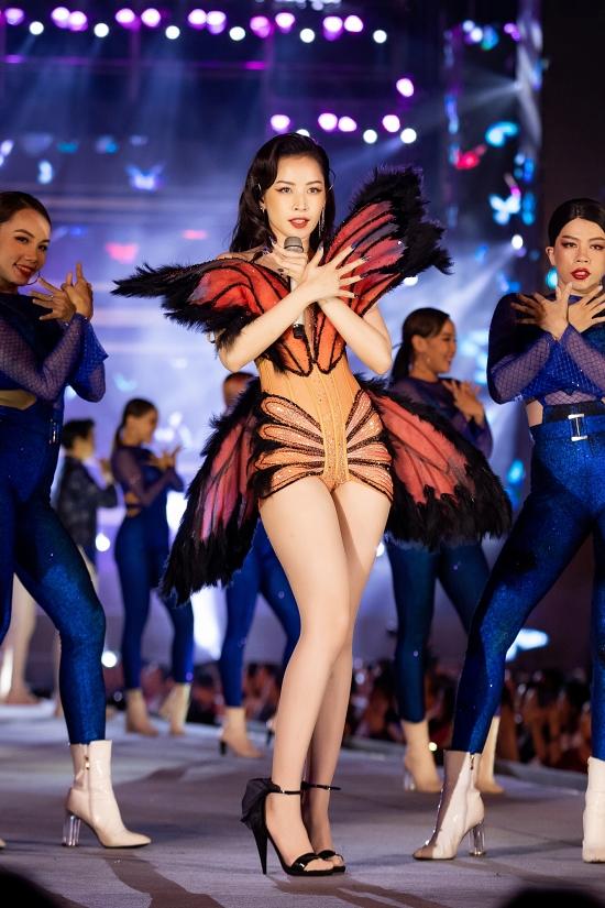 Nữ ca sĩ diện váy do nhà thiết kế Đỗ Long thực hiện, lấy cảm hứng tứ cánh bướm.