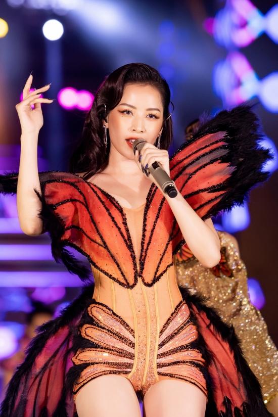 Chi Pu hát Mơ anh, Mời anh vào team em. Màn trình diễn của cô được nhận xét sôi động, cuốn hút và tạo điểm nhấn cho chương trình.