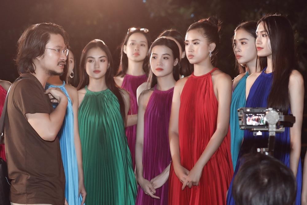 Đạo diễn Hoàng Nhật Nam làm việc với thí sinh kỹ lưỡng trước mỗi phần thi.