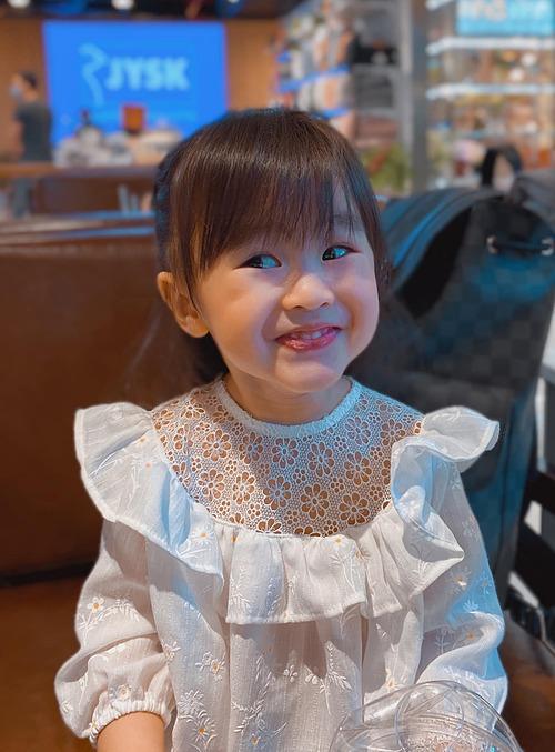 Con gái nhà Tú Vi - Văn Anh tươi rói khi đươc mẹ pose hình.