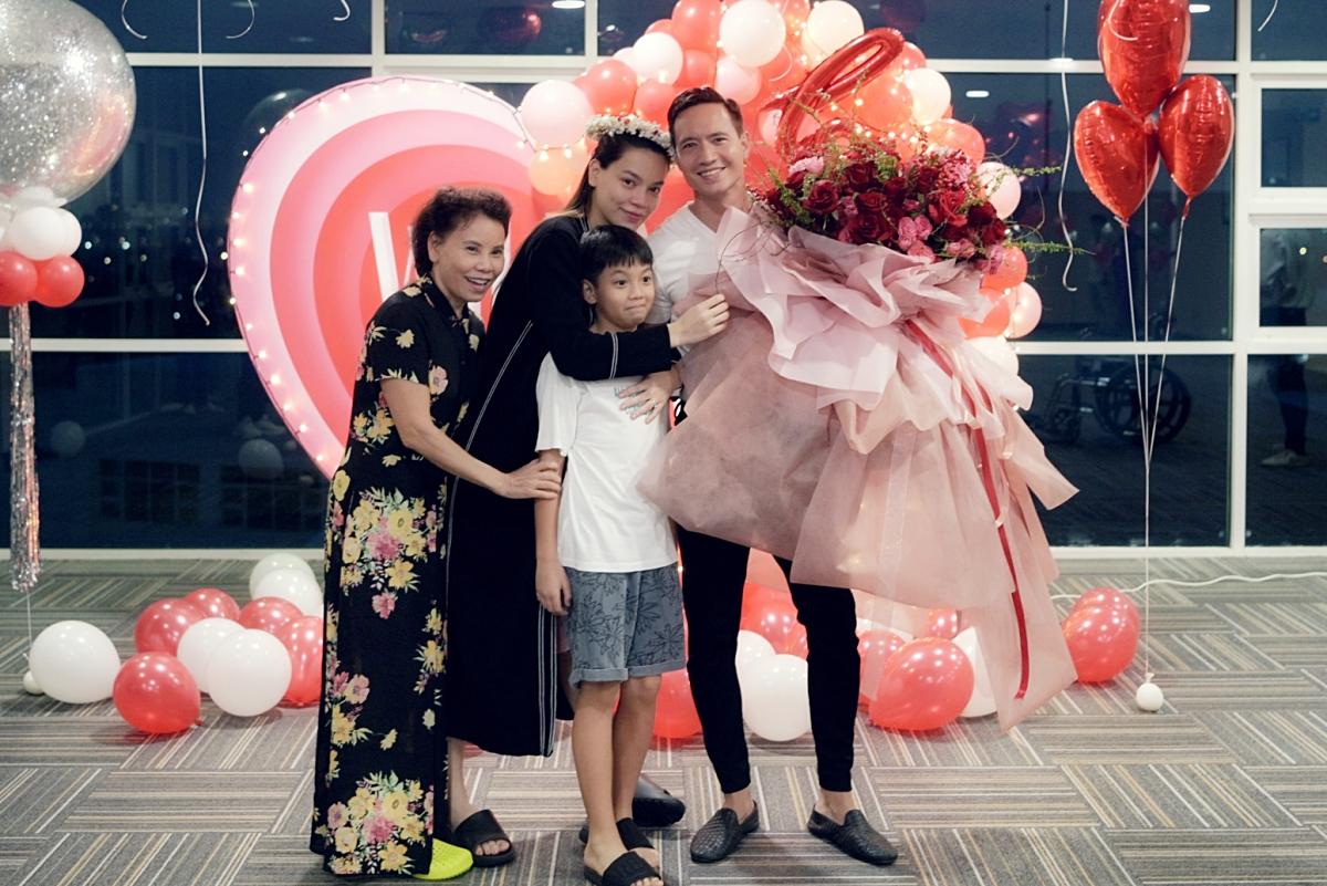 Bà Ngọc Hương - mẹ Hà Hồ - và Subeo cũng có mặt theo dõi khoảnh khắc thiêng liêng này.