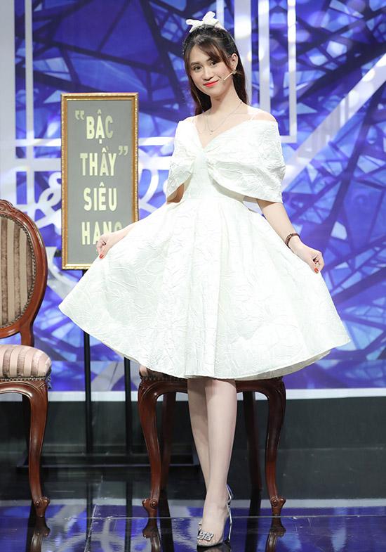 Jee Trần sinh năm 1995, ngoại hình xinh xắn. Cô hát được nhiều thể loại nhạc như dân ca, trữ tình, bolero, pop ballad... Jee Trần từng đoạt giải 3 Liên hoan tiếng hát nghệ sĩ đường phố toàn quốc, Giọng hát hay của đài VOH... Top 5 chương trình Nhạc hội song ca, cùng đội với Phương Trinh Jolie.
