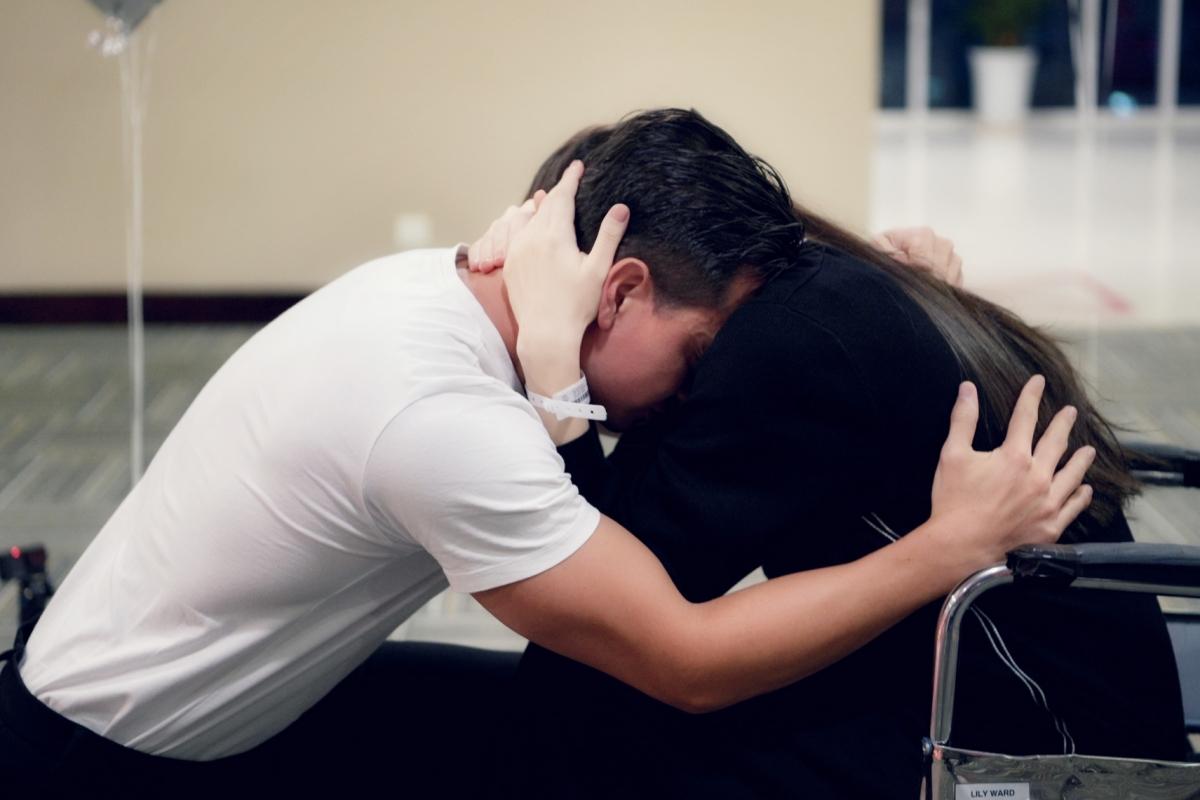 Hồ Ngọc Hà không nói nên lời. Cô chỉ im lặng, khóc nức nở - những giọt nước mắt hạnh phúc.