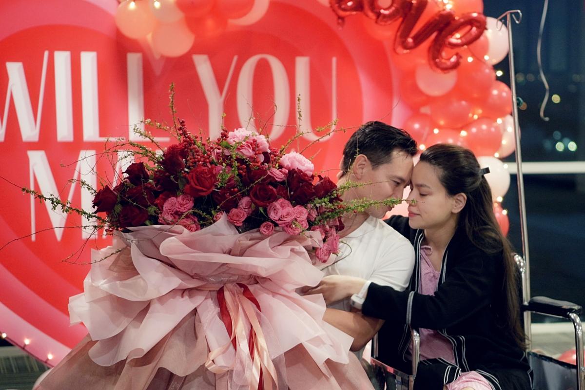 Kim Lý còn chuẩn bị một bó hoa hồng tặng cho bà xã. Khoảnh khắc Hà ôm chầm Kim Lý khiến nhiều khán giả theo dõi video thấy xúc động. Bởi sau nhiều chông chênh trong cuộc sống, cô chính thức tìm được bến đỗ vững chắc và an toàn cho cuộc đời của mình.