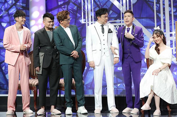 Từ trái qua: diễn viên Joy Nguyễn (đồ hồng), Trịnh Tú Trung, MC Đại Nghĩa, nghệ sĩ Chí Tài và ca sĩ Long Nhật khen ngợi nhan sắc của Jee Trần.