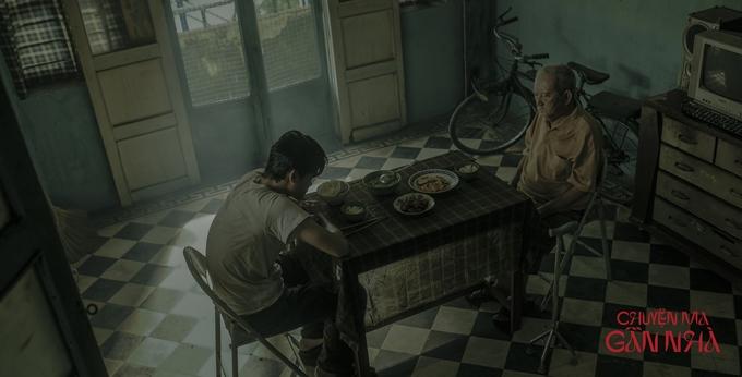 Nghệ sĩ Mạc Can và diễn viên Huỳnh Thanh Trực trong bối cảnh căn nhà cổ.