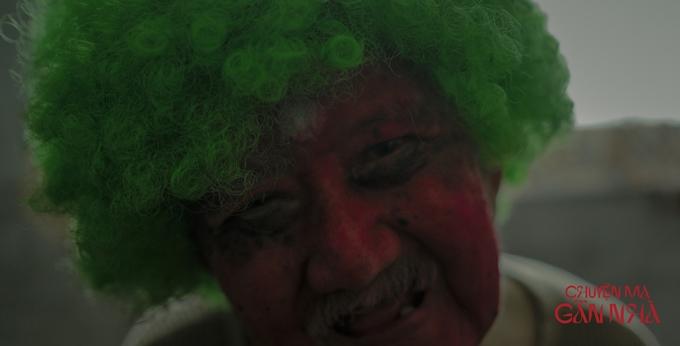 Nghệ sĩ gạo cội Mạc Can gây ám ảnh với hình ảnh hóa trang thành chú hề và điệu cười méo mó.