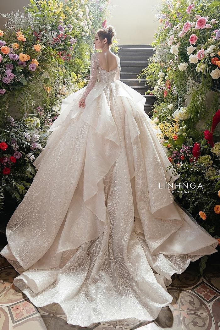 Chiếc váy này được đính kết theo họa tiết hoàng gia, kết hợp hơn 30.000 viên đá swarovski bạc và pha lê trắng. Mẫu váy có giá 8.000 đô (khoảng 200 triệu đồng).