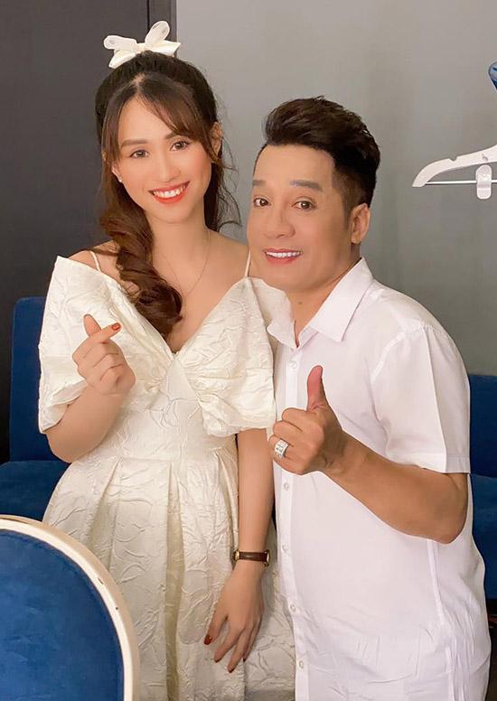 Nghệ sĩ Minh Nhí chụp ảnh cùng ca sĩ 25 tuổi trong hậu trường.