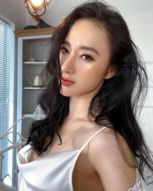 Angela Phương Trinh pose ảnh với góc nghiêng thần thánh khoe nhan sắc ngày càng sắc sảo.