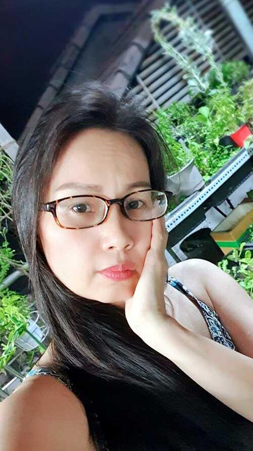 Ca sĩ Cẩm Ly để mặt mộc, lên sân thượng thăm vườn rau sạch nhà trồng. Cô tâm sự: Đưa mắt ngắm nhìn khu vườn rau bé nhỏ, hít vào chút không khí thiên nhiên trong lành cùng làn gió mát se se lạnh, bỗng thấy lòng nhẹ nhàng thanh thản vô cùng.