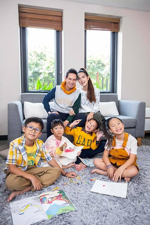 Vợ chồng Lý Hải - Minh Hà bên các con trong bộ ảnh gia đình kỷ niệm năm 2020 đáng nhớ. Bà mẹ 4 con tâm sự: Mỗi lần chụp hình gia đình là toát mồ hôi hột. Lần này mình cho các con tự chọn đồ nên bọn nhỏ hợp tác hẳn.