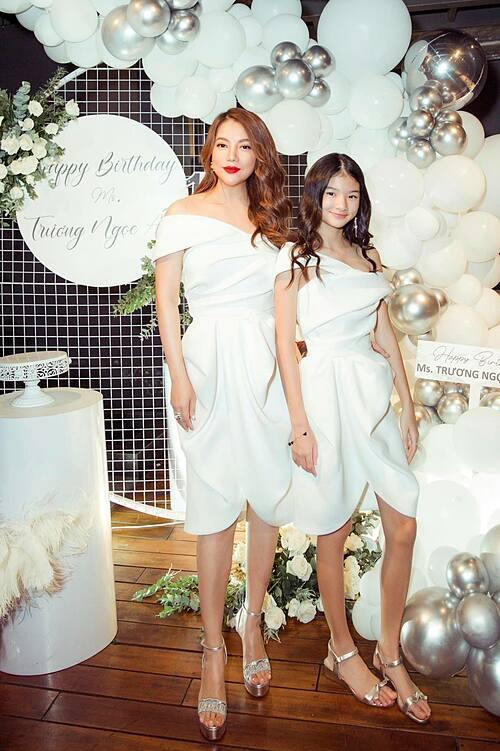 Trương Ngọc Ánh hạnh phúc vì được bạn bè tổ chức tiệc mừng sinh nhật tuổi 44. Bé Bảo Tiên gây chú ý vì ra dáng thiếu nữ, cao sắp bằng mẹ.