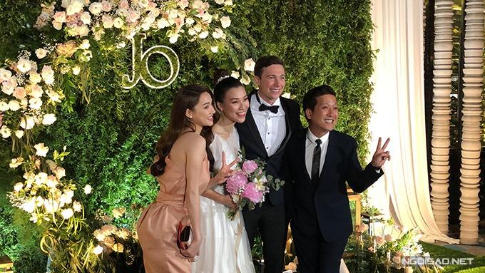 Vợ chồng Hoàng Oanh chụp hình cùng vợ chồng Trường Giang - Nhã Phương.