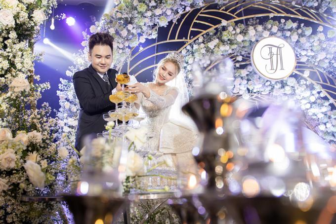 Trong ngày vui, chú rể còn gây ấn tượng khi tặng cô dâu váy cưới chính có giá 1,2 triệu USD, tương đương 28 tỷ đồng.