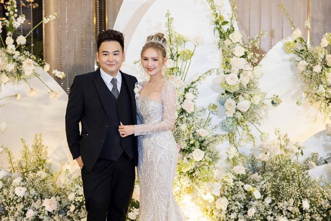 Tối ngày 14/11, Xemesis và Xoài Non đã tổ chức đám cưới tại tòa nhà cao nhất Đông Nam Á ở TP HCM. Chú rể Xemesis (sinh năm 1989) là streamer nổi tiếng, sở hữu kênh Youtube với gần 600.000 người đăng ký. Anh được dân mạng gọi là streamer giàu nhất Việt Nam khi sở hữu siêu xe BMW I8 trị giá hơn 7 tỷ đồng cùng nhiều đồng hồ, túi xách hàng hiệu và là anh họ của chồng người mẫu Diệp Lâm Anh. Còn cô dâu Xoài Non, tên thật là Phạm Thuỳ Trang, sinh năm 2002, TP HCM, là mẫu ảnh ở Sài Gòn.
