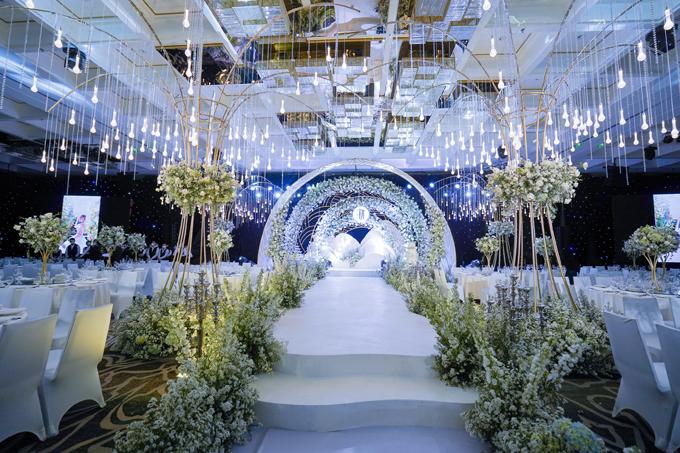 Concept tiệc cưới của uyên ương mang tên Beautiful in white (tạm dịch: Em đẹp nhất trong sắc trắng), mang tông màu trắng và được đệm thêm màu bổ trợ xanh lá cây giúp không gian sinh động. Chi phí trang trí tiệc cưới được ekip tiết lộ có giá trị gần 1 tỷ đồng. Không gian được trang trí chủ yếu bởi hoa tươi nhập khẩu, một số ít được chọn lọc từ nhà vườn đạt chuẩn ở Đà Lạt, vận chuyển về TP HCM ngay trong ngày. 90.000 bông hoa hồng Ohara, De Cheryl, Delphinium, phi yến, mao lương đã được sử dụng cho tiệc cưới cộng thêm hàng nghìn hoa cúc, tú cầu, thạch thảo, babi breath và hoa lá phụ trợ khác.
