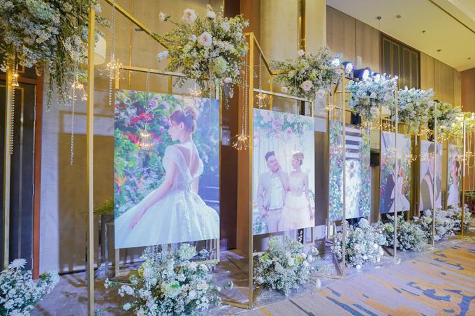 Lối vào phòng tiệc được trang trí bởi bộ ảnh pre-wedding giá hơn 500 triệu đồng của uyên ương chụp tại bảo tàng thành phố.