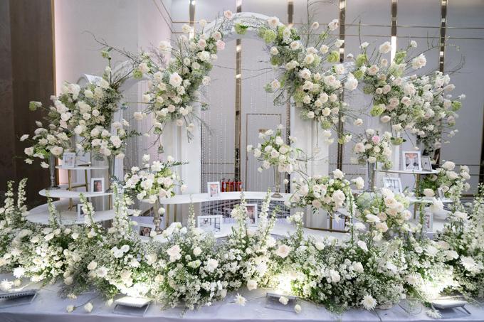 Cổng hoa có kích thước khủng cao tới 4m, kết hợp cùng bàn gallery lượn sóng, tạo ấn tượng thị giác ngay khi khách mời bước xuống từ thang cuốn để vào hội trường tiệc.